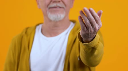 convidativo : Senior male showing come here gesture, invitation sign, welcoming person, need Vídeos