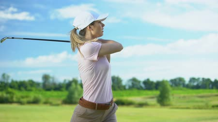 experiência : Inexperienced woman playing golf, unsuccessful attempt to hit ball, loser Vídeos