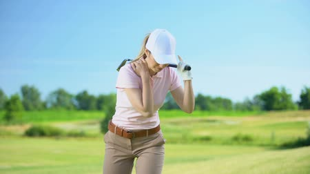 fatia : Professional female golfer hitting ball, suddenly feeling shoulder pain, trauma