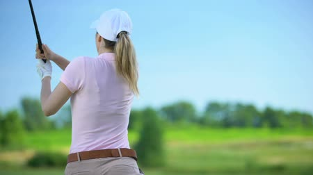 cursos : Young woman with club playing golf, suffering sharp shoulder pain, sports trauma