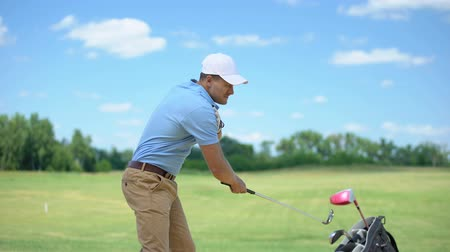 чувствовать : Experienced golfer hitting ball, suddenly feeling shoulder pain, inflammation