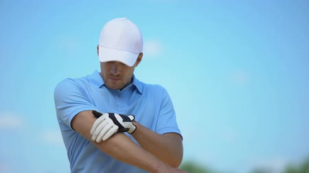 łokieć : Upset male golfer feeling pain in elbow, touching aching area, sports trauma Wideo