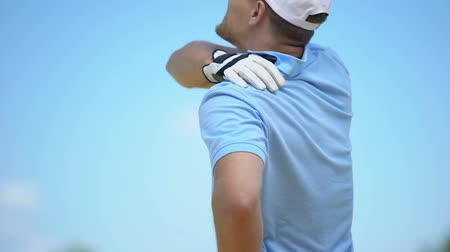 pozisyon : Athletic man playing golf, suffering terrible pain in shoulder, sport and health