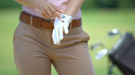 cursos : Woman wearing white golf glove before game, sport equipment and training, hobby
