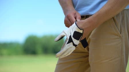seçkinler : Male golfer wearing qualitative white glove, preparing to play, elite hobby Stok Video