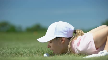 stávka : Funny female golf player blowing ball in hole, success strategy and cunning Dostupné videozáznamy
