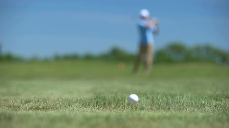 golfjátékos : Skilled man playing golf rejoicing good long distance shot result, sport victory