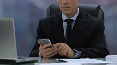 kalendarz : Male boss in formal suit checking meeting calendar in smartphone, business app Wideo