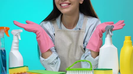 домохозяйка : Smiling housewife presenting detergents variety, eco-friendly cleaning products