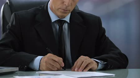 контракт : Businessman reading and signing contract, lawyer working in office, documents