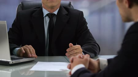 recruteur : Company boss refusing job candidate putting resume on table, unqualified worker