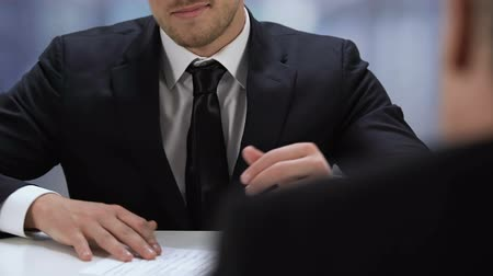 documentos : Smiling businessman reading document during work meeting partnership cooperation