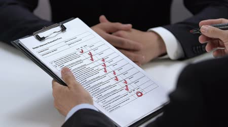 прокат : Manager refusing job candidate filling interview evaluation form, hire personnel