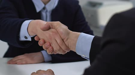 контракт : Business woman and man shaking hands closeup, deal cooperation partnership union Стоковые видеозаписи