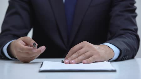 evidência : Lawyer hands holding out pen to sign business contract, sales agreement closeup Vídeos