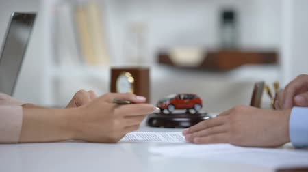 bérlet : Car leasing expert giving woman pen to sign contract, vehicle insurance closeup