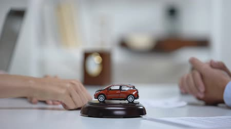 контракт : Car toy on table, woman signing vehicle purchase or insurance on background