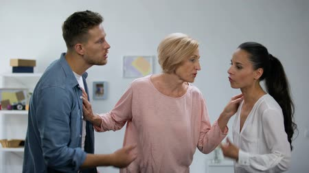 аргумент : Mother-in-law trying to reconcile quarrelling couple, family conflict, support