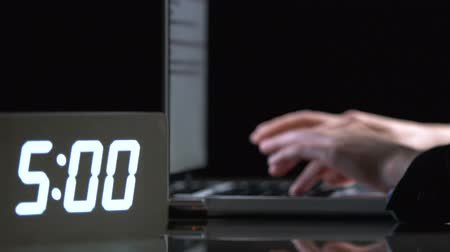 nepravidelný : Female hands typing on laptop at night, irregular working hours, deadline Dostupné videozáznamy