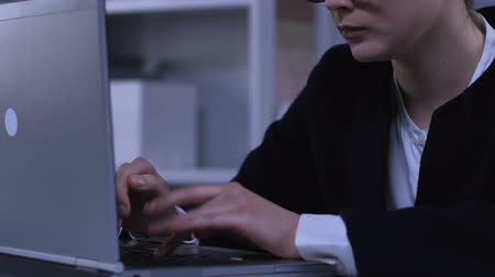 muhabir : Responsible female typing on laptop, responding email, corporate communication Stok Video