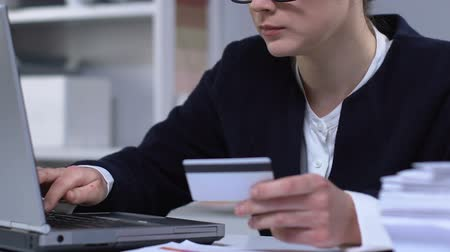 cartão de crédito : Businesswoman paying bills online using credit card, paid registration, closeup Stock Footage