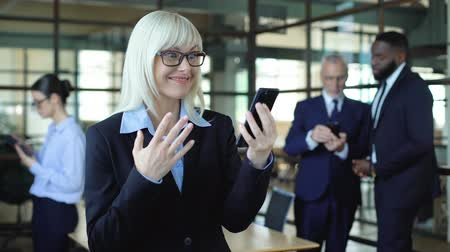 empresária : Excited business woman smartphone showing success gesture, stock trading app