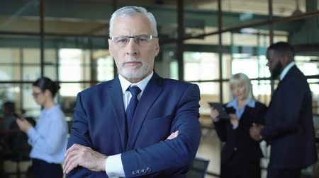 empregador : Self-confident aged man in suit looking camera, business leader, company career