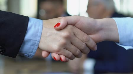 контракт : Businesswoman shaking hand with male partner, hiring female employees closeup
