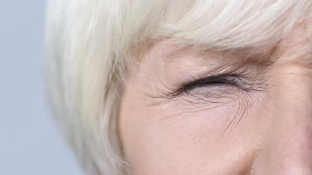 související : Old lady screwing up her eyes, trying to see, age-related problems with vision