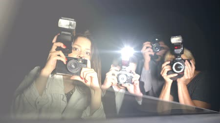 вспышка : Celebrity looking from car at newspaper paparazzi making shoots, point of view