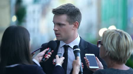 közönség : Unsatisfied politician giving interview to newspaper journalists, going away