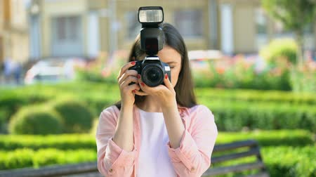 kadınlık : Female photographer taking photos with camera in park, lessons for beginners