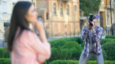 modelagem : Male photographer taking photos of beautiful model in city park, portfolio Vídeos