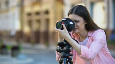 ajustando : Professional female photographer focusing camera objective, photo shooting Vídeos