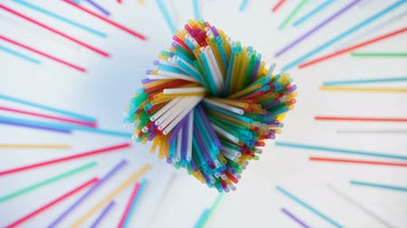 usado : Colorful plastic straws moving in pencil box, creativity and art, recycling