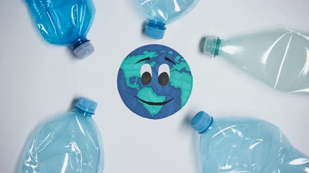 presleme : Many plastic bottles polluting earth, harm of extra litter, ecological problem Stok Video