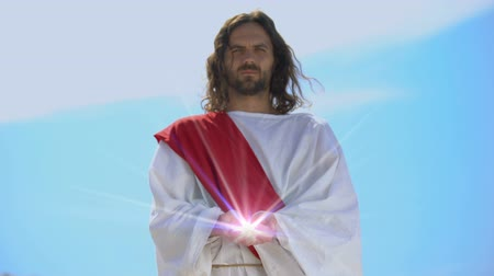 евангелие : Jesus holding spiritual light against sky, concept of healing, religious miracle