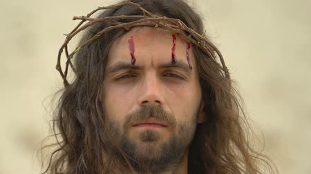 crucifixo : Blood running down Jesus head in thorn crown, suffering for mankind, sacrifice