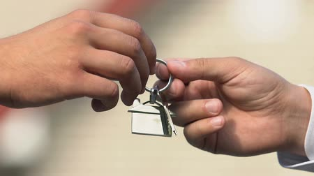 mülkiyet : Male hand taking house key from real estate agent, client buying apartment, deal