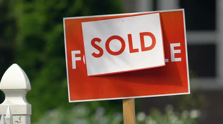 недвижимость : Sold sign in house yard outdoors, real estate purchase, agency service, loan Стоковые видеозаписи