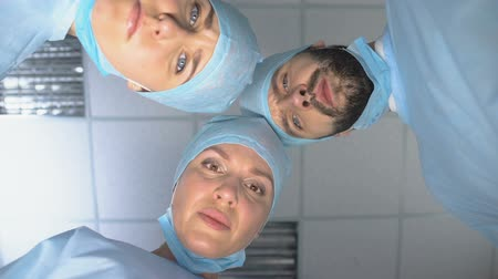 consciência : Surgeon team wearing masks, ready for operation, patient pov in consciousness