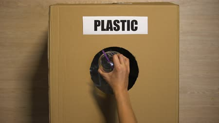 reutilizável : Plastic word written on cardboard box for waste, responsible attitude to nature