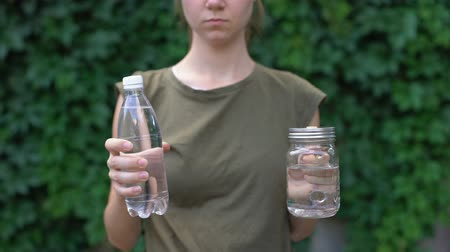consumo : Lady showing glass mug to camera, preferring it to plastic bottle, saving earth Vídeos