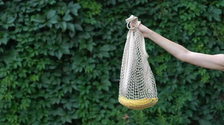 salva vidas : Hand demonstrating banana in crochet bag, reducing usage of plastic bags, reuse Vídeos