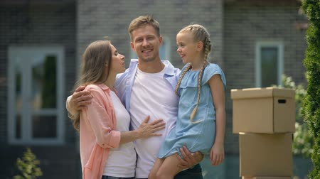 pocałunek : Wife and daughter kissing happy man, moving in new flat, dreams come true Wideo