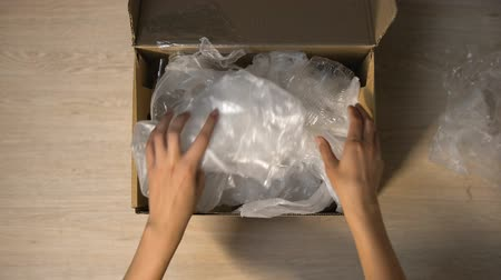újrahasznosított : Hands packing plastic waste in box for utilizing, saving planet from pollution