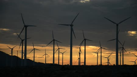 moinho de vento : Power Windmills in the California Desert at Sunset