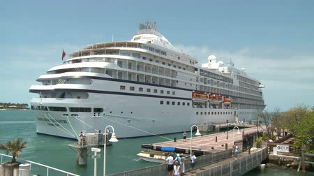navio : Cruise ship departs Key West
