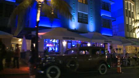 távozás : Driving Miami Ocean Drive at Night Buildings Art Deco Stock mozgókép