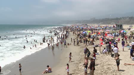 ток : Crowded Beach in Santa Monica California - Time Lapse